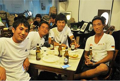 開会式にて。SMU(Singapore Management University)の学生らのホスピタリティに酔いし れる。左から村上雅典、有馬忠嗣、佐藤洋一、吉田工作